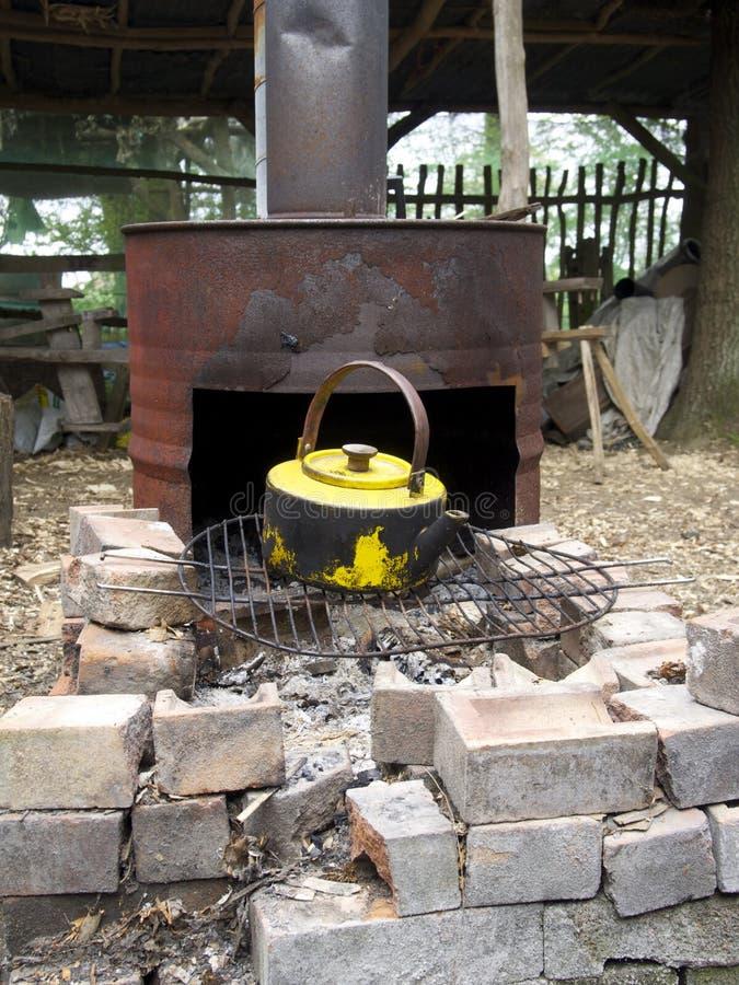 Vieille bouilloire jaune de fourneau image stock