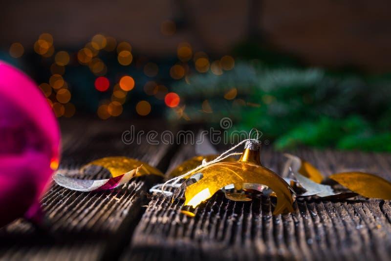 Vieille boule cassée de Noël de vintage sur la table en bois images stock