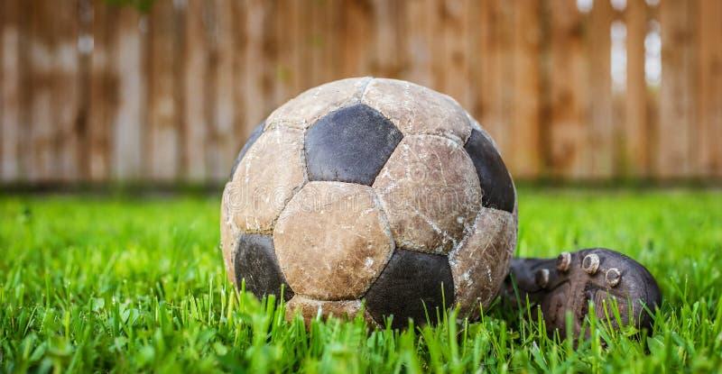 Vieille boule pour jouer au football, détails du sport photographie stock libre de droits