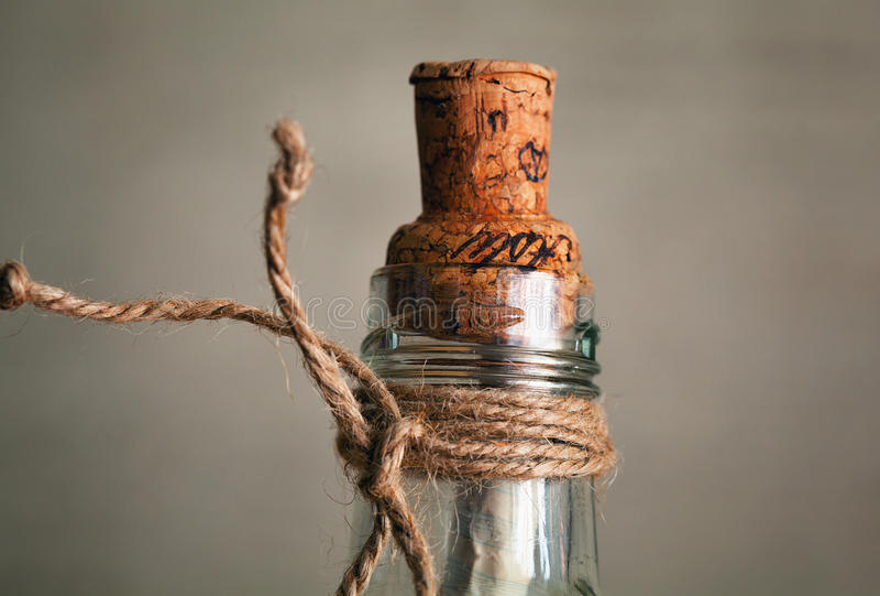 Vieille bouteille avec du liège et la note à l'intérieur images stock