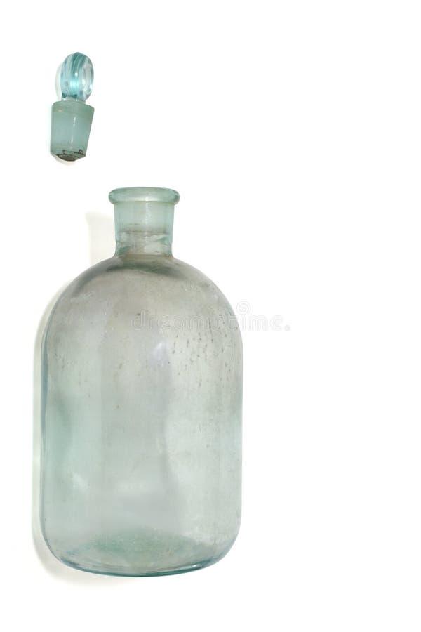 vieille bouteille pour les liquides volatils, bouchon en verre de laboratoire D'isolement photos libres de droits