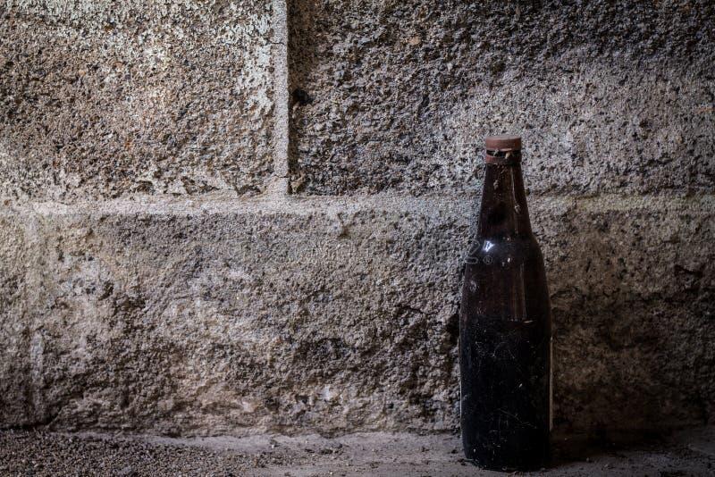 Vieille bouteille sur le fond de ciment photo libre de droits
