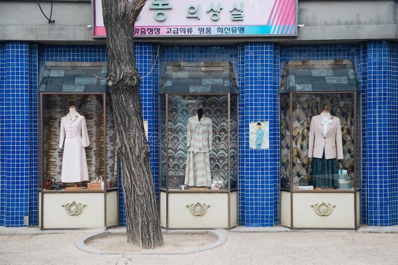 Vieille boutique de vêtements au musée folklorique national de la Corée images libres de droits