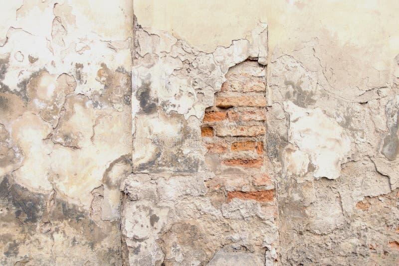 Vieille brique rouge et mur blanc de plâtre avec le fond extérieur minable criqué de texture images libres de droits