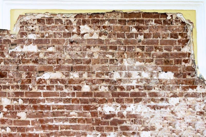 Vieille brique rouge s'étendant sur le fond d'un mur reconstitué images stock