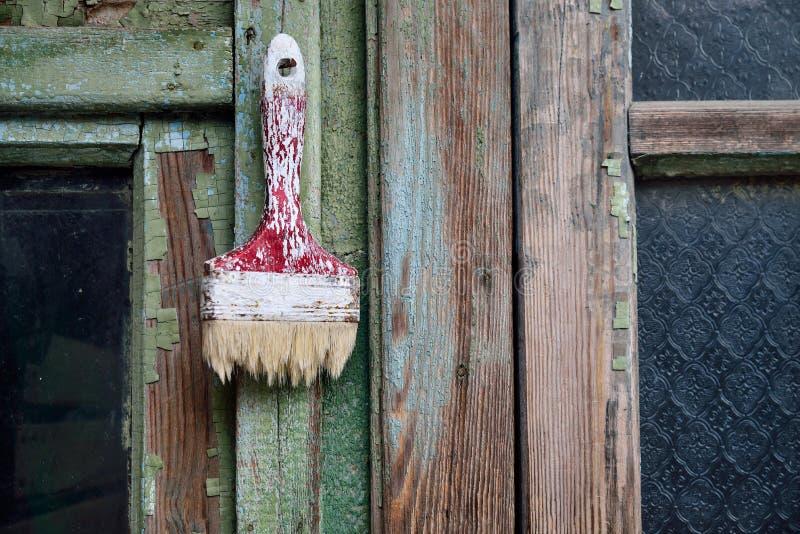 Vieille brosse sur le fond en bois vert photos libres de droits