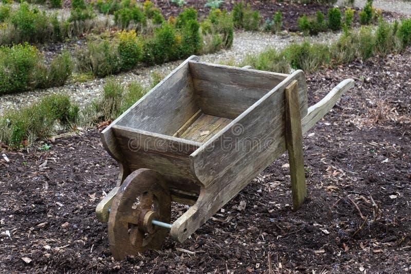 Vieille brouette en bois dans le jardin image stock image du utilisation vieux 70332097 - Brouette de jardin en bois ...