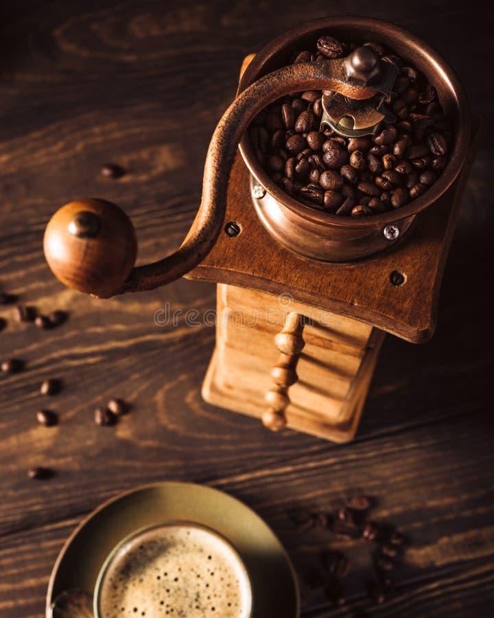 Vieille broyeur de café en bois avec des haricots photos libres de droits