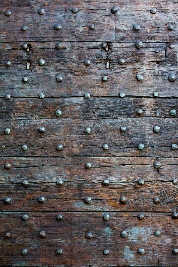 Vieille, brune surface en bois avec des boutons en métal photos libres de droits