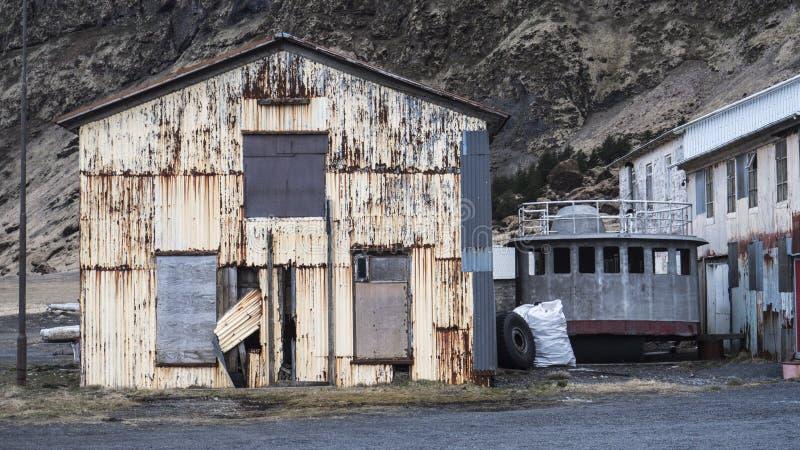 Vieille cabane abandonnée à la petite communauté de bord de la mer image libre de droits