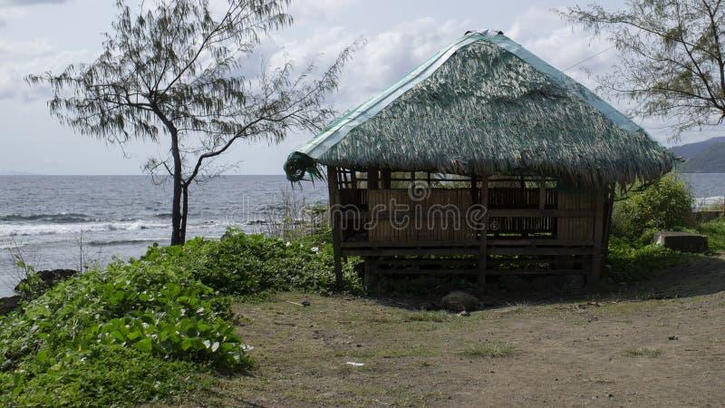 Vieille cabane en bambou par la mer images stock