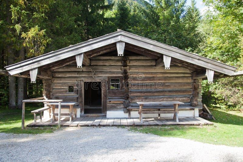 Vieille cabane en rondins abandonnée dans les Alpes bavarois images libres de droits