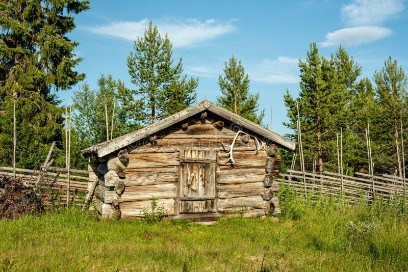 Vieille cabine abandonnée de ferme en Suède du nord photo libre de droits