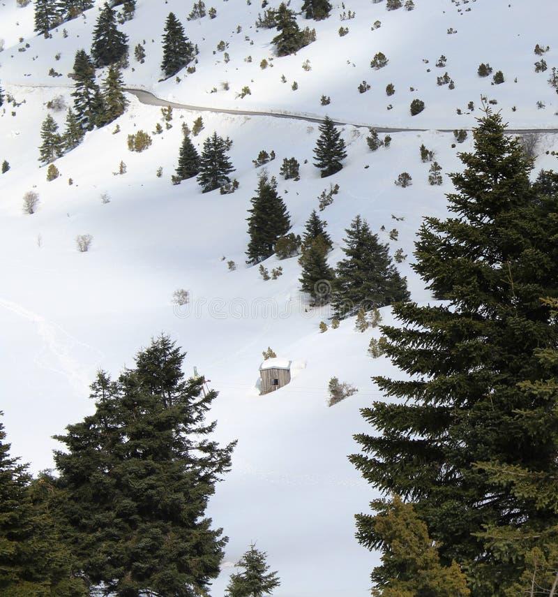 Vieille cabine au coeur d'une montagne neigeuse photo stock