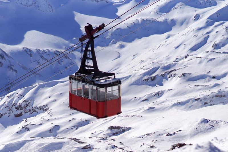 Vieille cabine de funiculaire en clairi?re d'Azau PriElbrusye Cr?tes de souffleuse de neige du mont Elbrouz Caucase du nord Russi photo libre de droits