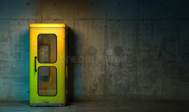 Vieille cabine de téléphone jaune simple dans le rétro style se tenant sur le plancher devant le mur en béton à la nuit Sombre ma photos stock