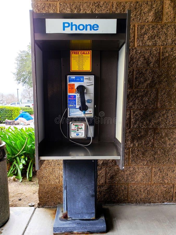 Vieille cabine de t?l?phone payant hors d'une cabine de téléphone d'utilisation au composé de refuge pour animaux, Moreno Valley  images libres de droits