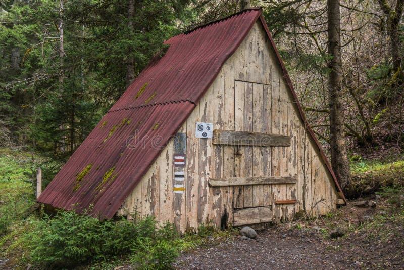 Vieille cabine en bois en parc national de borjomi image libre de droits