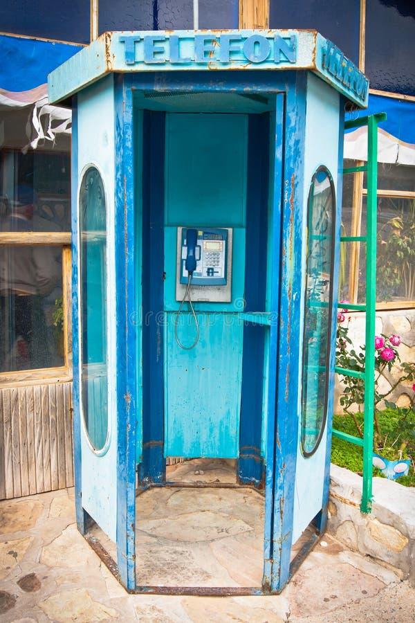 Vieille cabine téléphonique publique images libres de droits