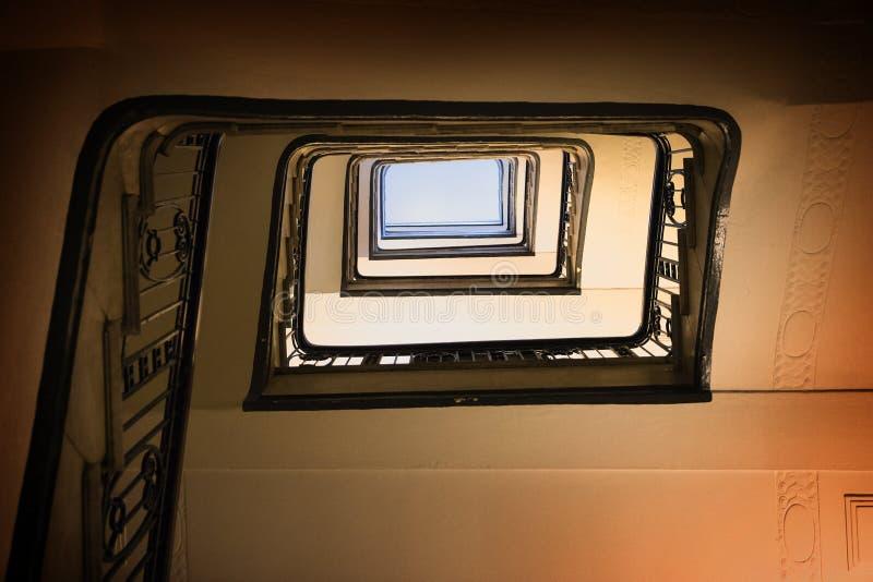 Vieille caisse en spirale carrée d'escalier de dessous photographie stock