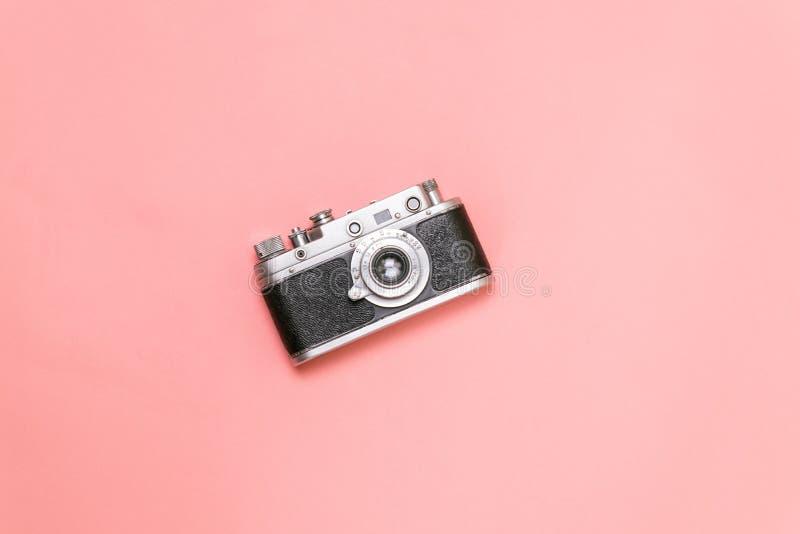 Vieille caméra de télémètre sur un fond rose photos libres de droits