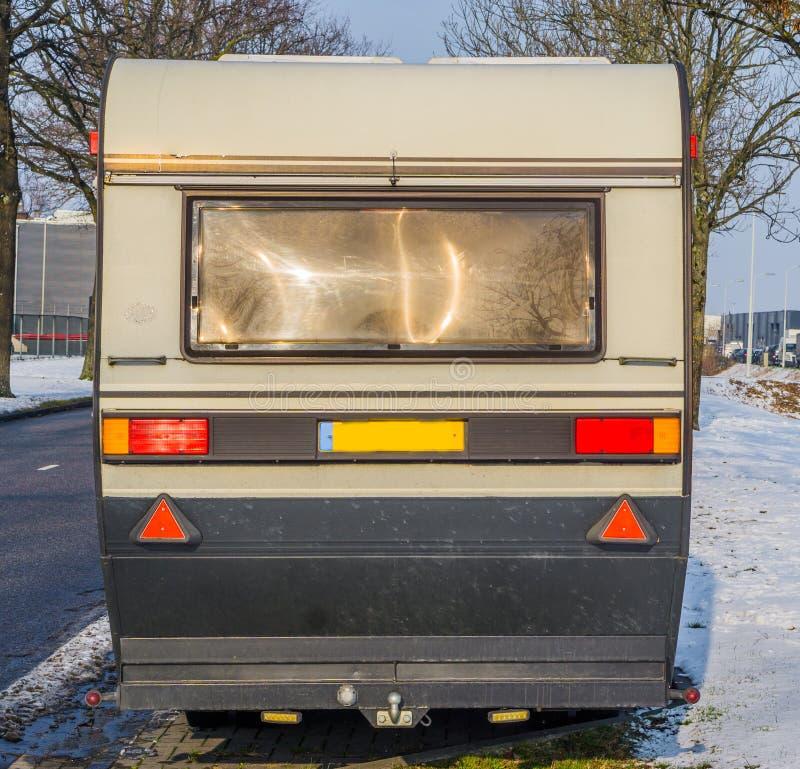 Vieille caravane classique de cru du dos, remorque mobile pour voyager sur la route image libre de droits