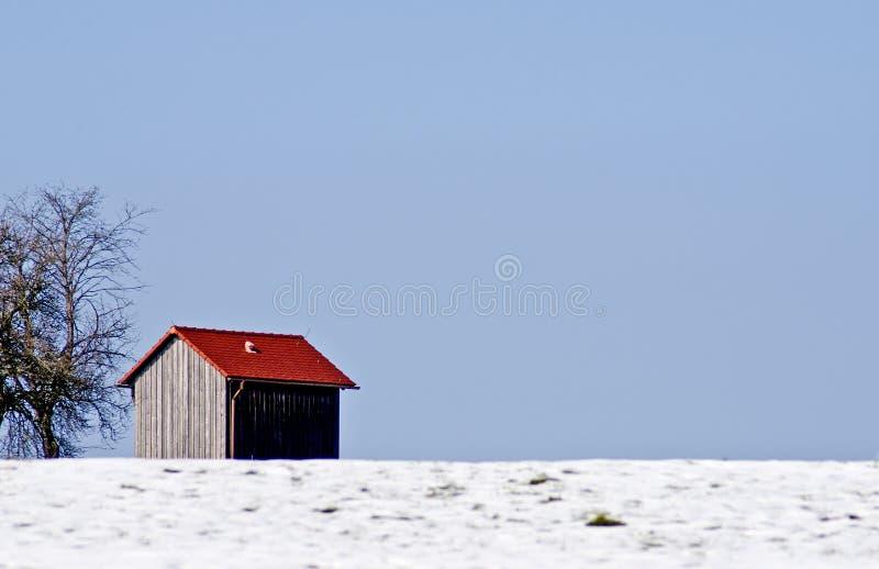 Vieille carlingue dans la neige image stock
