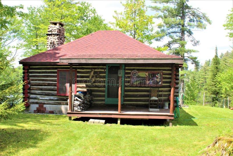 Vieille carlingue de rondin rustique située dans Childwold, New York, Etats-Unis images libres de droits