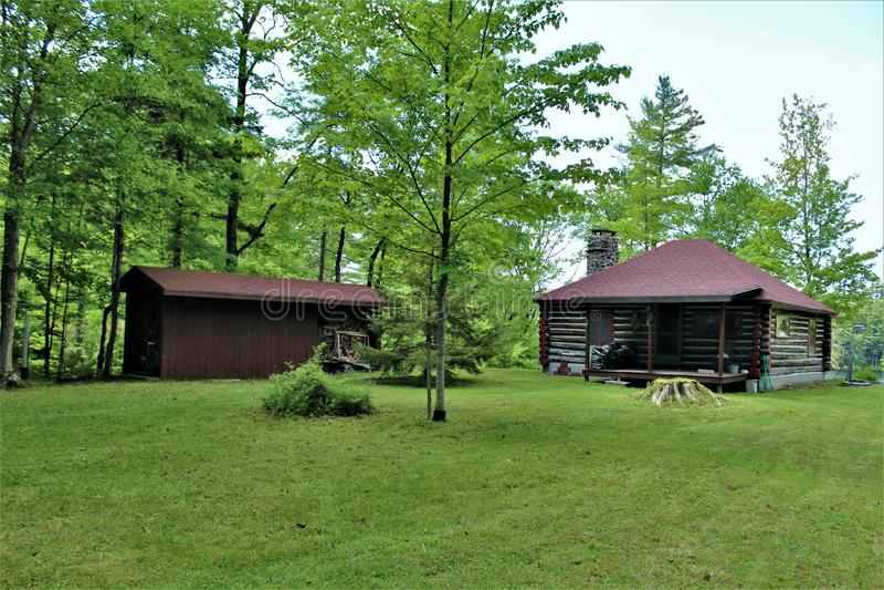 Vieille carlingue de rondin rustique située dans Childwold, New York, Etats-Unis photos stock