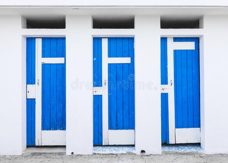 Vieille carlingue se baignante avec les portes en bois bleues image libre de droits