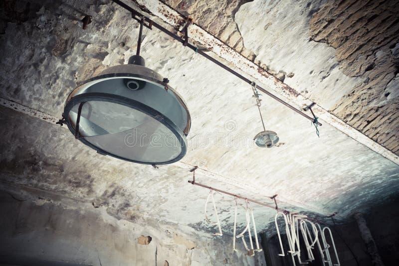 Vieille, cassée lampe dans une usine abandonnée image stock