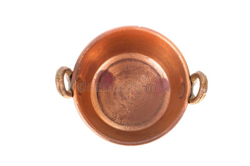 Vieille casserole de cuivre avec des poignées et avec la corrosion de taches sur un blanc photo libre de droits