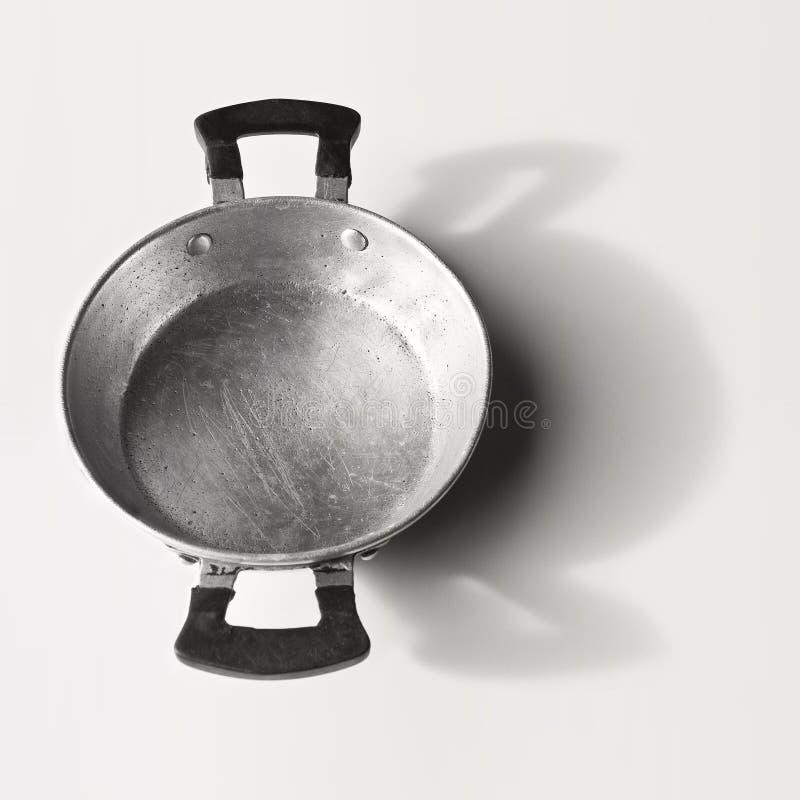 Vieille casserole en aluminium vue de ci-dessus sur le fond blanc images stock