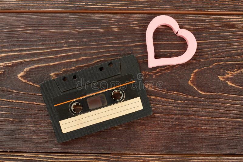 Vieille cassette analogue et coeur rose photos stock