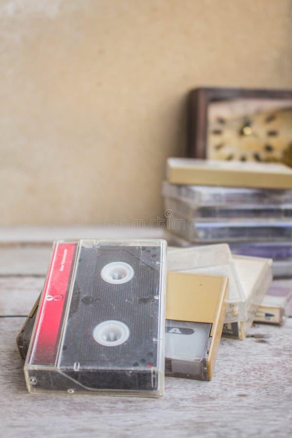 Vieille cassette disposée images stock