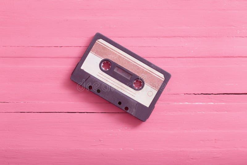Vieille cassette en plastique sur le fond en bois R?tro concept de musique photographie stock