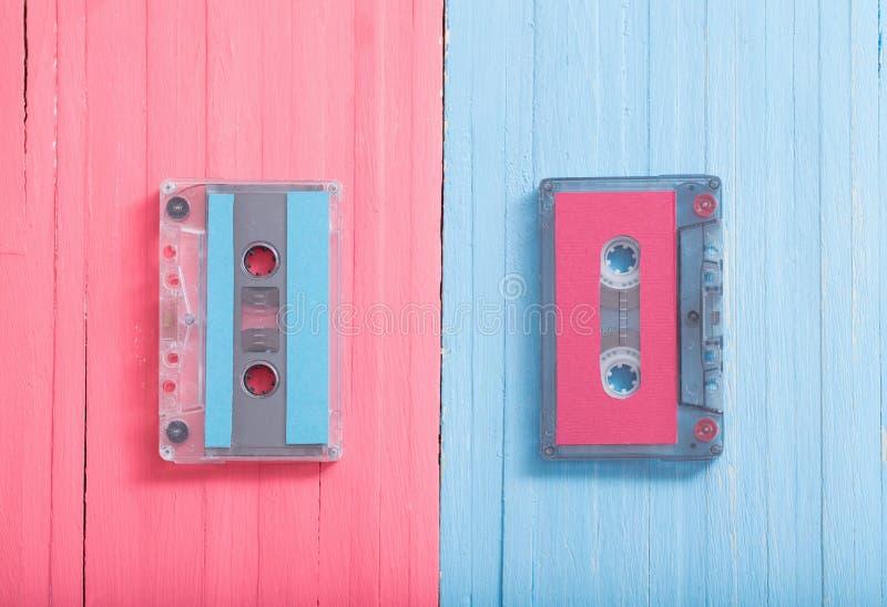 Vieille cassette en plastique sur le fond en bois R?tro concept de musique image libre de droits