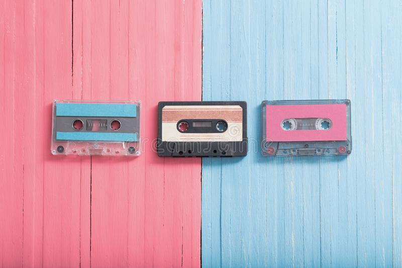 Vieille cassette en plastique sur le fond en bois R?tro concept de musique photos stock