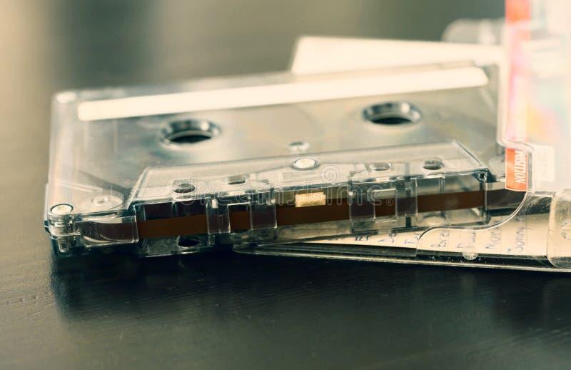 Vieille cassette sonore sur un fond en bois foncé images stock
