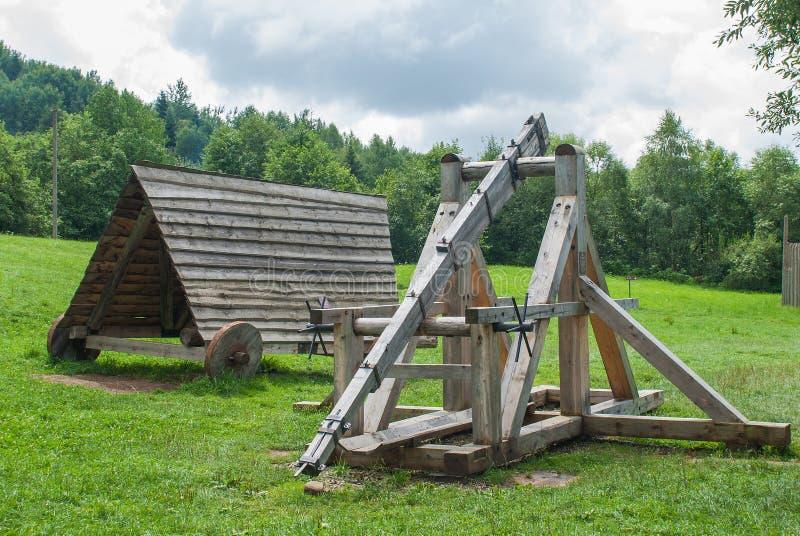Vieille catapulte en bois, arme antique de combat photos libres de droits