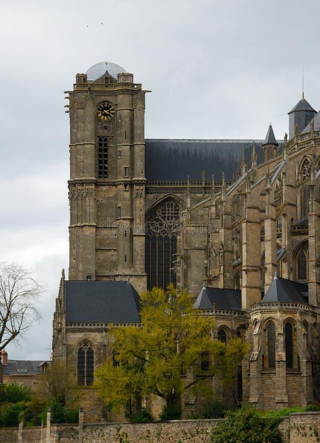 Vieille cathédrale au printemps le Mans, vue de côté photos stock