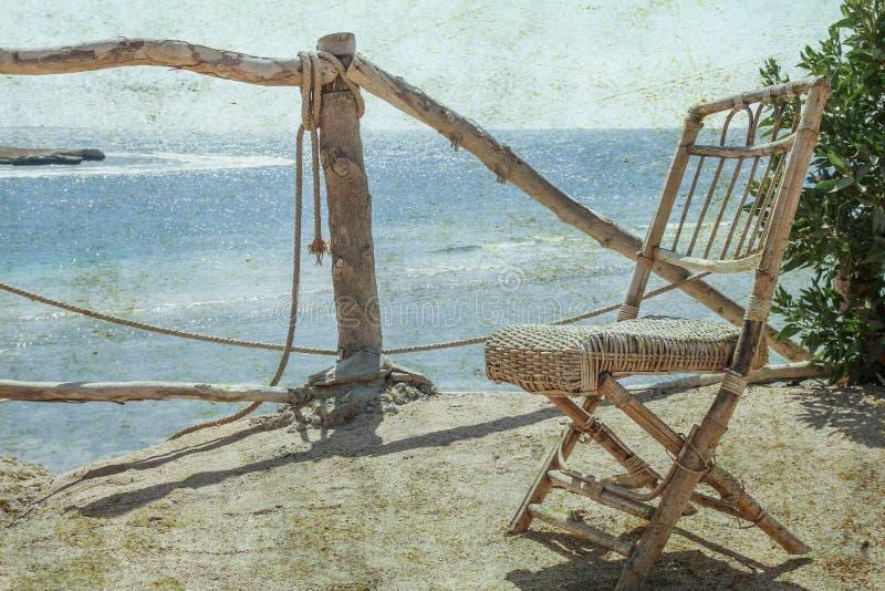 Vieille chaise élégamment belle de photo sur le fond de paysage de nature de mer image stock