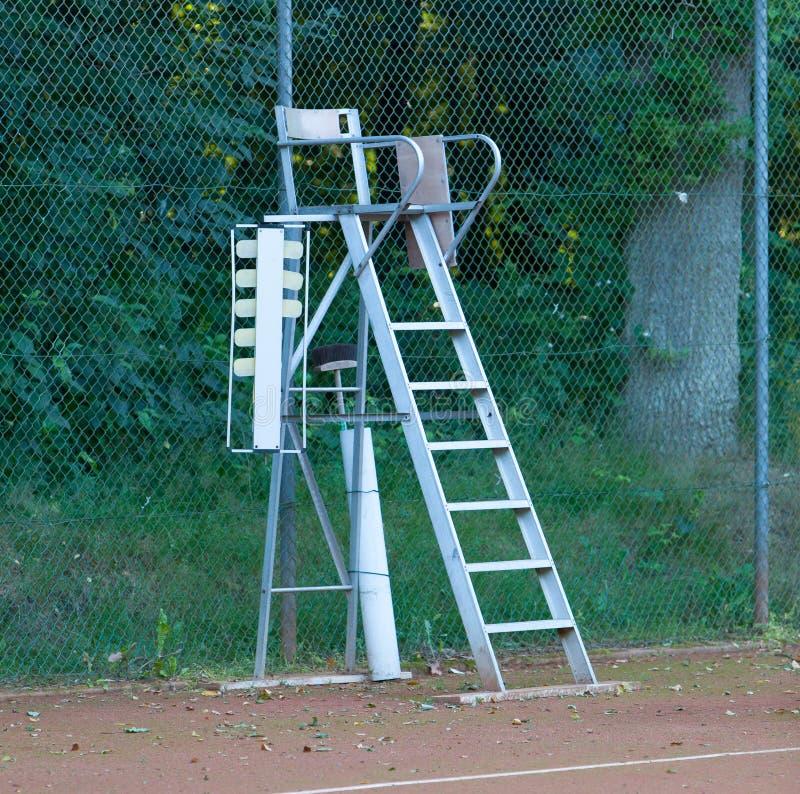 Vieille chaise d'arbitre de tennis image stock