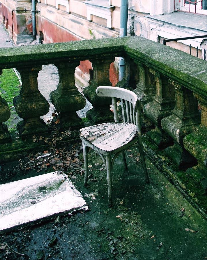 Vieille chaise dans le parapet moulé images stock