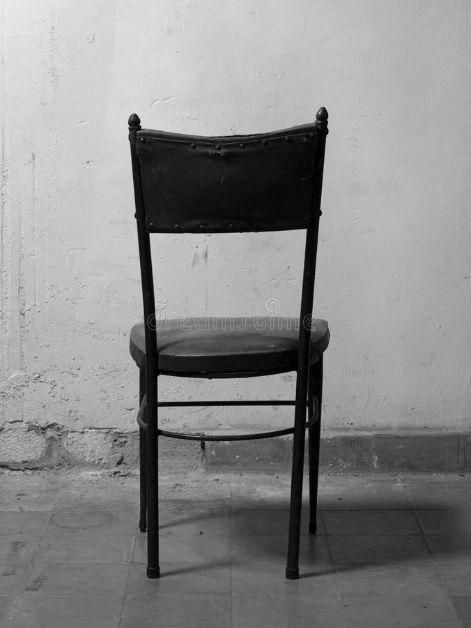 Vieille chaise dans une salle sale ton noir et blanc photo for Une chaise noire