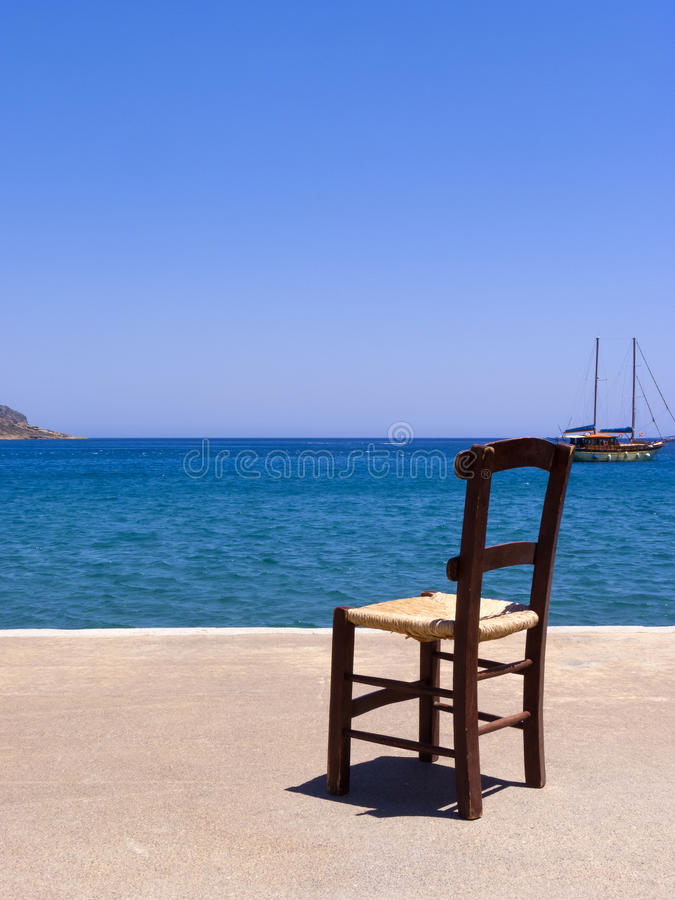 Vieille chaise en bois près de la mer - Crète, Grèce photo libre de droits