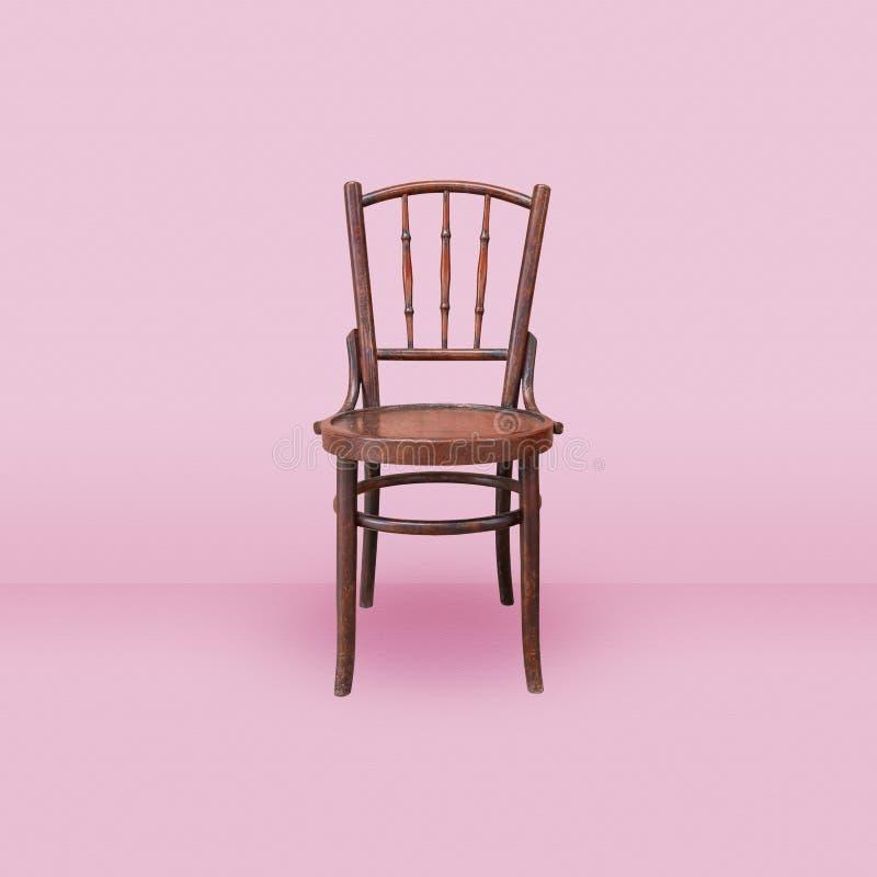 Vieille chaise en bois sur le fond rose de pièce photographie stock