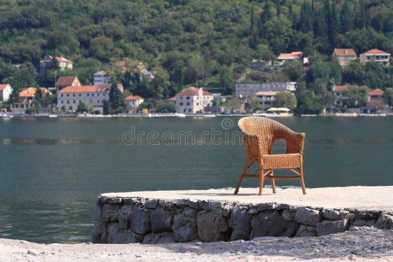 Vieille chaise en osier sur la baie montenegro image stock
