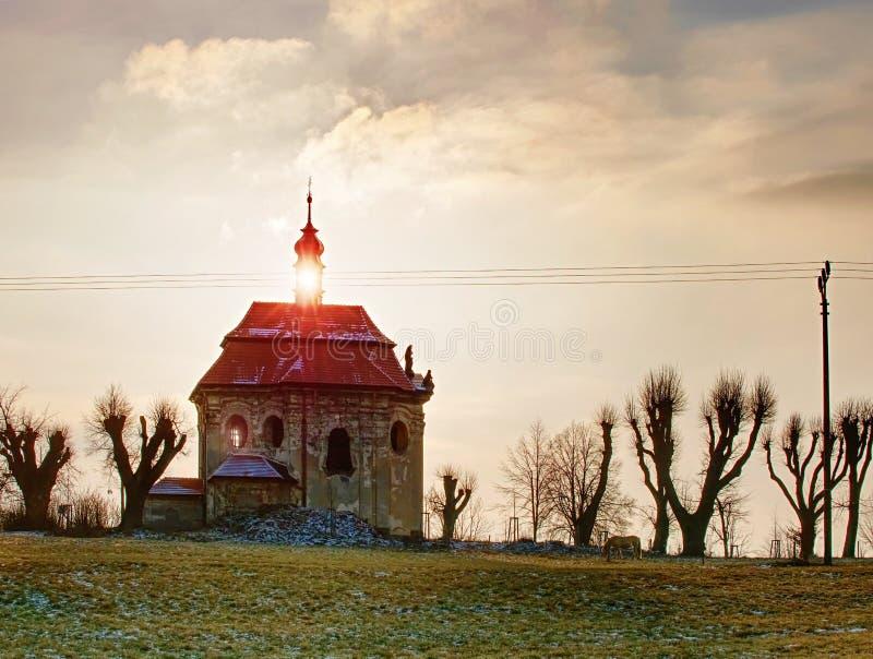 Vieille chapelle avec le toit de renouvellement sur la colline photo stock