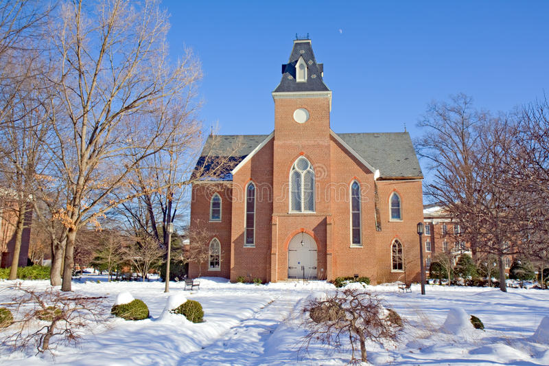 Vieille chapelle sur un campus d'université en hiver photos stock
